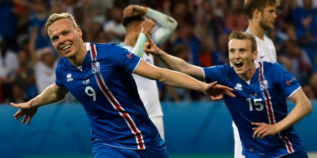 Kolbeinn Sigthorsson (vänster) jublar efter sitt mål mot England under EM 2016. Claude Paris / TT NYHETSBYRÅN/ NTB Scanpix