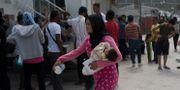 Flyktingar utanför UNHCR:s kontor på Lesbos. Arkivbild från maj. Petros Giannakouris / TT NYHETSBYRÅN/ NTB Scanpix