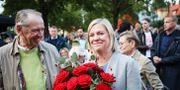 Jan Eliasson gratulerar Magdalena Andersson efter talet.  Adam Ihse /TT / TT NYHETSBYRÅN