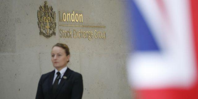 Kvinna vaktar Londonbörsen.  TOLGA AKMEN / AFP