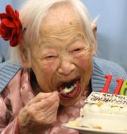 """Misao Okawa (till vänster) tackade """"utsökta"""" måltider för sin höga ålder medan Emma Morano (uppe till höger) åt tre ägg om dagen. 116-åriga Gertrude Weaver tackade istället sin snällhet. TT"""