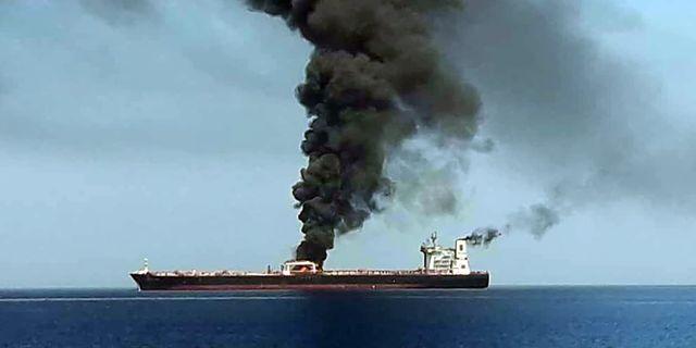 En bild som AFP fått från Iransk tv uppges visa hur rök stiger från ett av tankfartygen som attackerats.  HO / IRIB TV
