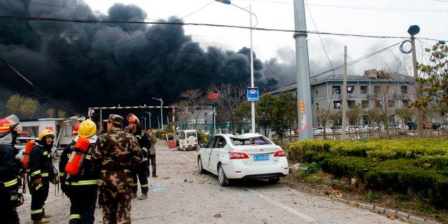 Räddningstjänst i närheten av den fabrik som exploderade. TT NYHETSBYRÅN