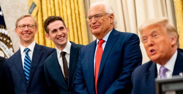 USA:s president Donald Trump, flankerad av USA:s Israelambassadör David Friedman berättar om avtalet på torsdagen.  Andrew Harnik / TT NYHETSBYRÅN