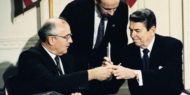 Här utbyter Ronald Reagan och Sovjetunionens ledare Michail Gorbatjov när INF skrevs under 1987. TT