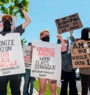Amazon-anställda protesterar i Kalifornien.  VALERIE MACON / TT NYHETSBYRÅN