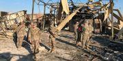 Amerikanska soldater inspekterar skadorna på Asad-basen. JOHN DAVISON / TT NYHETSBYRÅN