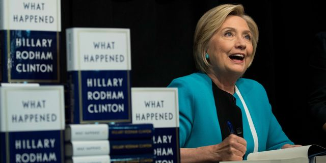 Hillary Clinton signerar böcker. Drew Angerer / GETTY IMAGES NORTH AMERICA