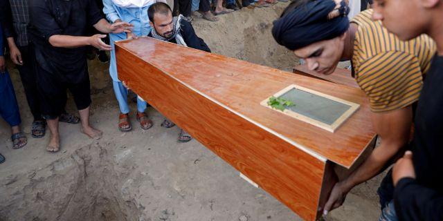 Män i Kabul bär kistor för offren för lördagens attack MOHAMMAD ISMAIL / TT NYHETSBYRÅN
