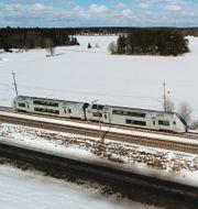 Ett tåg i vintermiljö utanför Enköping. Fredrik Sandberg/TT / TT NYHETSBYRÅN