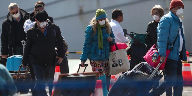 Passagerare lämnar fartyget.  ATHIT PERAWONGMETHA / TT NYHETSBYRÅN