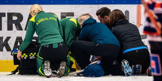 Oskar Nilsson vårdas på isen.  JONAS LJUNGDAHL / BILDBYRÅN