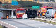 En vält lastbil mellan körfälten blockerar E6:an i båda riktningarna vid Borgeby mellan Landskrona och Malmö på fredagen. Johan Nilsson/TT / TT NYHETSBYRÅN