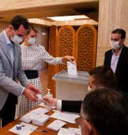 Syriens president Bashar al-Assad och hans fru röstar. TT NYHETSBYRÅN
