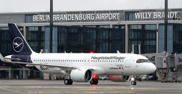 Lufthansaplan vid nya flygplatsen i Berlin på lördagen. Michael Sohn / TT NYHETSBYRÅN