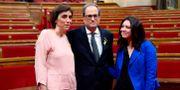 Quim Torra med sin fru Carola Miro och Carles Puigdemonts fru Marcela Topor efter omröstningen. LLUIS GENE / AFP