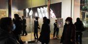 Städare med desinficerar Apples butik i Peking på måndagen GREG BAKER / TT NYHETSBYRÅN