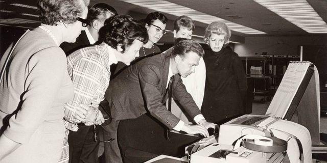 Skandiapersonal utbildas 1968 för att kunna använda IBM 1050.  Ur Skandias arkiv hos Centrum för Näringslivshistoria.