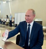 President Putin lägger sin röst. Alexei Druzhinin / TT NYHETSBYRÅN
