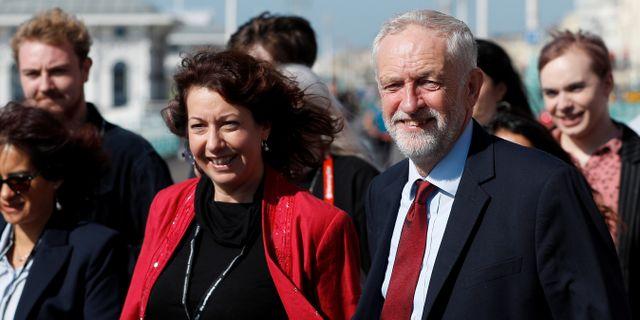Labour-ledaren Jeremy Corbyn anländer till den årliga partistämman tillsammans med partimedlemmen Nancy Platts. PETER NICHOLLS / TT NYHETSBYRÅN
