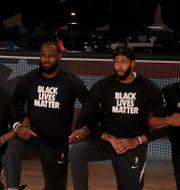 LeBron James och hans lagkamrater i Los Angeles Lakers innan matchen mot Los Angeles Clippers. Mike Ehrmann / TT NYHETSBYRÅN