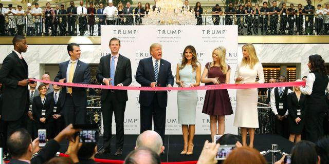 Donald Trump och hans familj klipper bandet vid invigningen av nya Trump International Hotel i Washington i oktober 2016. Getty