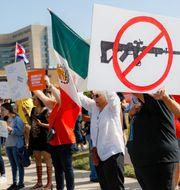 Oroliga amerikaner demonstrerar i Dayton i Ohio efter söndagens masskjutning som tog nio liv. John Minchillo/AP/TT