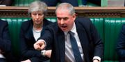 Ledamoten Geoffrey Cox och premiärminister Theresa May under slutdebatten i det brittiska parlamentet på tisdagen.  JESSICA TAYLOR / UK PARLIAMENT