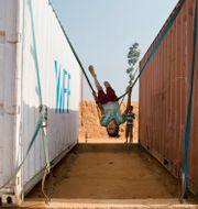Flicka i flyktingläger i Bangladesh vid matlaster från WFP. Dar Yasin / TT NYHETSBYRÅN