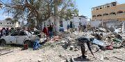 Civila söker igenom ruiner efter att en bilbomb exploderat i Mogadishu. FEISAL OMAR / TT NYHETSBYRÅN