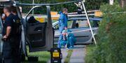 Polis och kriminaltekniker på plats efter att två människor skjutits ihjäl i en svenskregistrerad bil i Köpenhamnsförorten Herlev. Johan Nilsson/TT / TT NYHETSBYRÅN