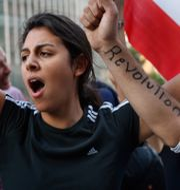 En demonstrant ropar slagord i Beirut.  Hussein Malla / TT NYHETSBYRÅN