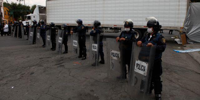 Polisen vid fyndet av kropparna 2010.  Eduardo Verdugo / TT NYHETSBYRÅN