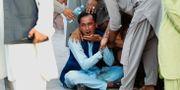 En afghansk man sörjer efter bombdådet i Jalalabad.  PARWIZ / TT NYHETSBYRÅN