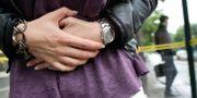 En kvinna tar sig för magen. FREDRIK PERSSON / TT / TT NYHETSBYRÅN
