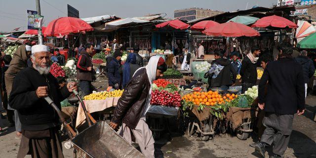 Människor på en marknad i Afghanistans huvudstad Kabul. OMAR SOBHANI / TT NYHETSBYRÅN