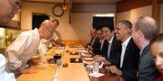 Jiro (vänster) hälsar på Barack Obama och Shinzo Abe 2014. Pete Souza / The White House