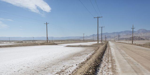 Överblivet salt från litiumutvinningen kantar vägarna längs med Albemarles litiumgruva i Clayton Valley i USA. TT