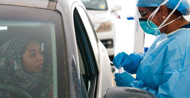 """Illustrationsbild: En kvinna testas för coronaviruset vid en """"drive-thru""""-testanläggning i Abu Dhabi.  Jon Gambrell / TT NYHETSBYRÅN"""