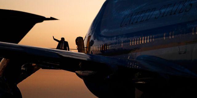 Trump går ombord på Air Force One. Patrick Semansky / TT NYHETSBYRÅN
