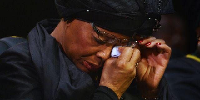 Graca Machel torkar ögonen under Nelson Mandelas begravning 15 december förra året. Odd Andersen / TT NYHETSBYR N