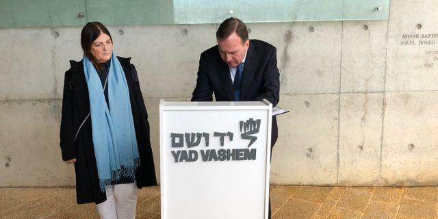 Löfven skriver i minnesboken på Yad Vashem Owe Nilsson/TT / TT NYHETSBYRÅN