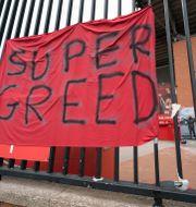 Protester mot Super League untanför Anfield-stadion i Liverpool.  Jon Super / TT NYHETSBYRÅN