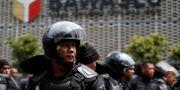 Indonesiska trupper utanför en myndighetsbyggnad i jakarta.  WILLY KURNIAWAN / TT NYHETSBYRÅN