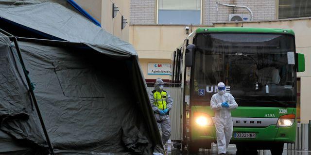 Medicinsk personal vid ett sjukhus i Spanien.  Manu Fernandez / TT NYHETSBYRÅN