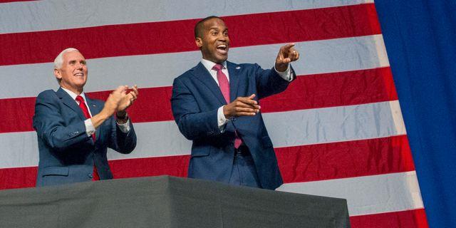 Vicepresidenten Mike Pence och republikanen John James. Cory Morse / TT NYHETSBYRÅN/ NTB Scanpix