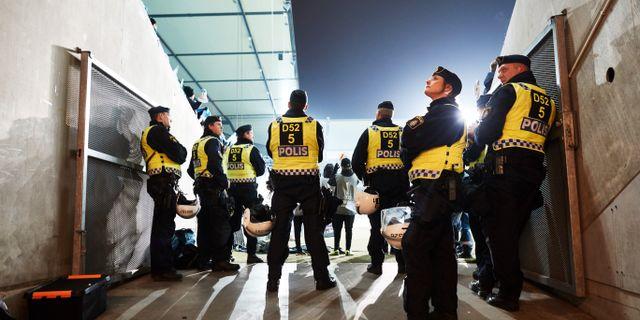 Poliser på plats vid en fotbollsmatch. Arkivbild. Andreas Hillergren/TT / TT NYHETSBYRÅN