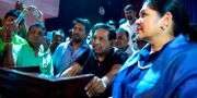 Anhängare till den sparkade premiärministern Rajeetha Senarathna idag. LAKRUWAN WANNIARACHCHI / AFP