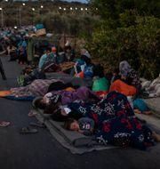 Människor sover på gatan efter flyktinglägret Moria brunnit ner. Petros Giannakouris / TT NYHETSBYRÅN