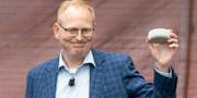 Amazons Dave Limp visar upp AI-högtalaren Echo Dot
